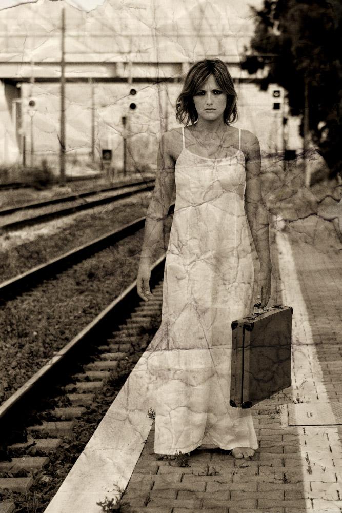 Ritratti, Viaggio interiore, donna, treno, valigia