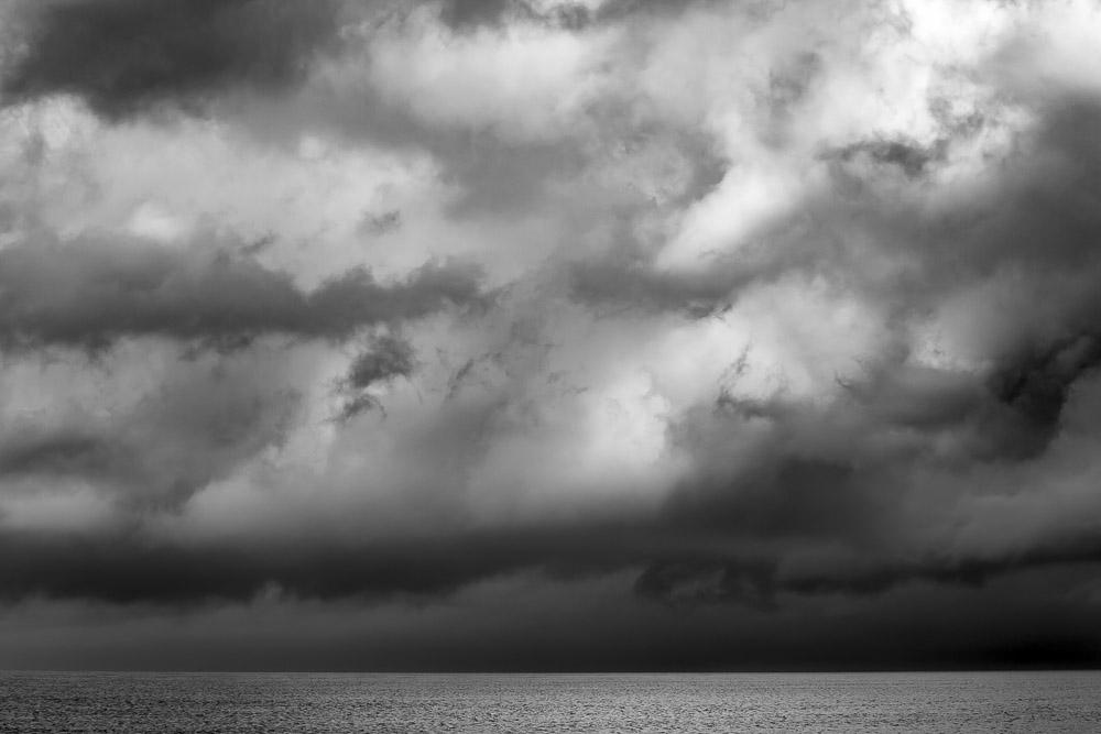 Cielo cupo - nuvole e mare